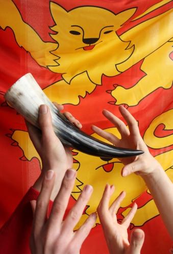 Corne à boire et drapeau normand