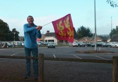 Un Normand sort le drapeau, dès 7 heures du matin ! , Fête Des Normands 2014. Photo fournie par le festivant.