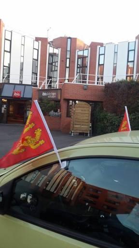 """""""Fête Des Normands - Tous ENSEMBLE Une voiture qui balade ses drapeaux normands en Essonne. Fête Des Normands. Photo fournie par le festivant."""