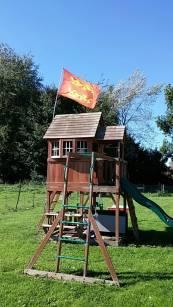 """""""Fête Des Normands - Tous ENSEMBLE """"Sebastien Dufils : """"Le drapeau trône toujours en haut de la cabane de mes enfants ! Et quand il est usé et bien on le change !"""" . D'autres drapeaux sortis : https://fetedesnormands.com/2018/09/22/votre-drapeau-normand-de-sortie/"""